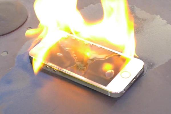 Британские ученые показали, как взрываются телефонные аккумуляторы