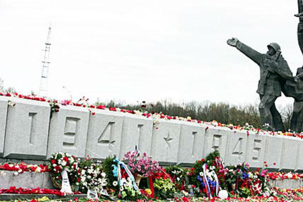 Молодежь Латвии уважает российские символы Победы больше, чем латвийские
