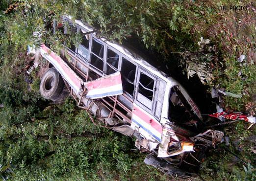 В Индии автобус провалился в ущелье, погибли 23 человека