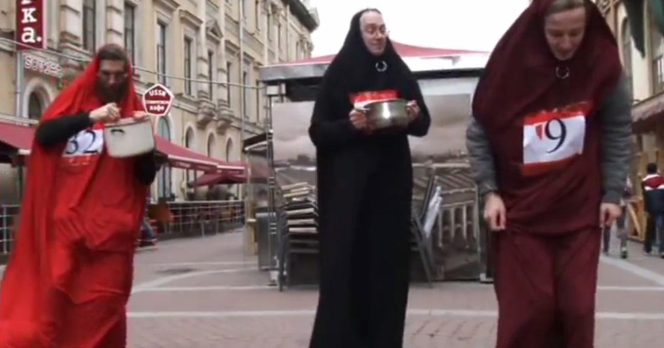 Феминистки Петербурга провели перфоманс «Раздача мужей» в знак протеста против чеченской «свадьбы века»