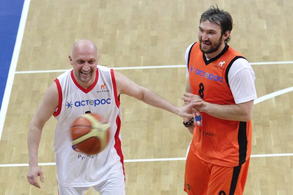 Рогозин, Овечкин, Куценко и другие стали соперниками на баскетбольной площадке