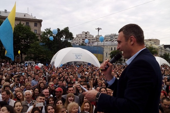 Виталий Кличко перепутал гимн Киева с гимном Украины, но смог спеть его со шпаргалкой