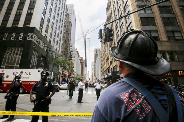 Десять человек пострадали при падении крана на небоскреб в Нью-Йорке