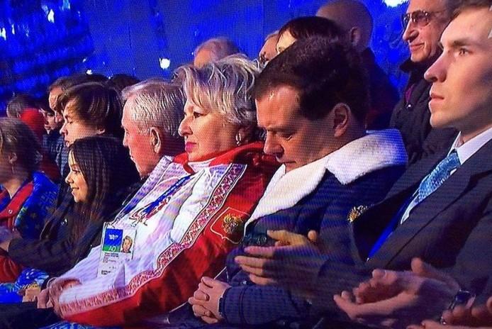 Дмитрий Медведев нашел способ не засыпать на важных заседаниях