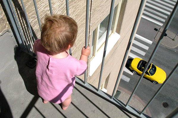 Двухлетний малыш упал с 5 этажа и остался жив