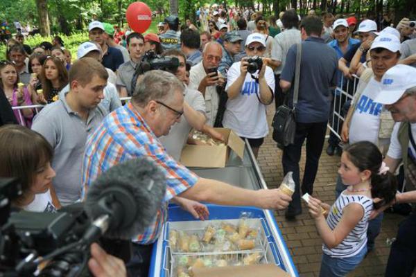Жириновский вручит москвичам