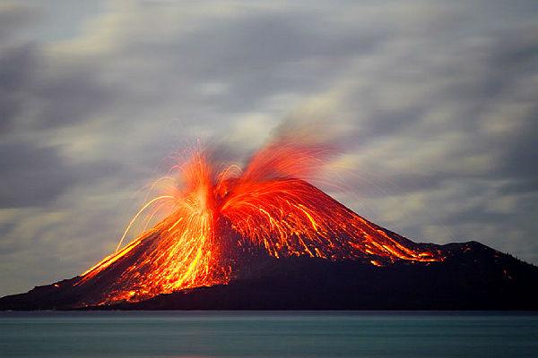 Японцев эвакуируют из-за мощного извержения вулкана