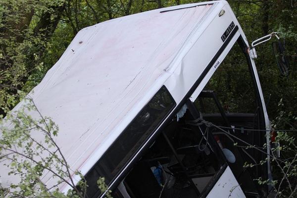 Пассажирский автобус упал с моста на Украине: есть жертвы