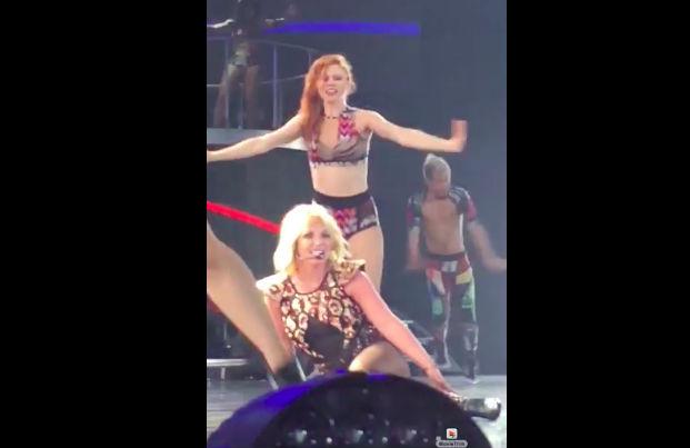 Падение Бритни Спирс во время концерта попало на видео