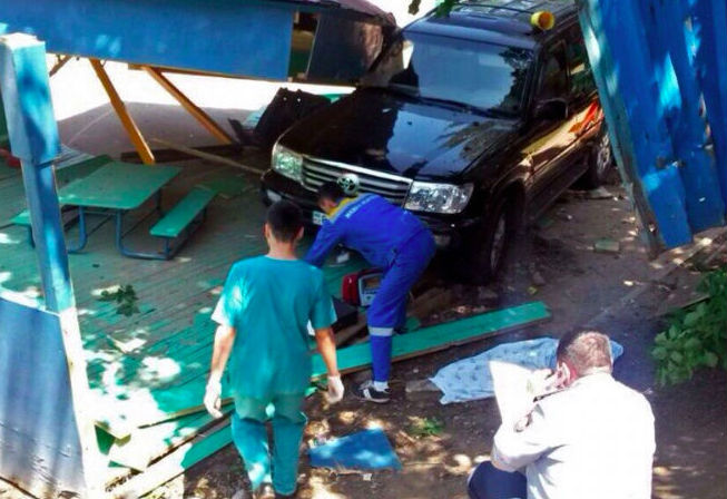 Land Cruiser въехал на детскую площадку: 1 ребенок погиб, 8 ранены