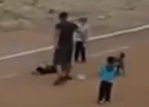 Житель Казахстана прилюдно избил чужого ребенка