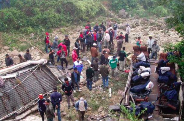 35 человек погибли в Индии при падении автобуса в овраг