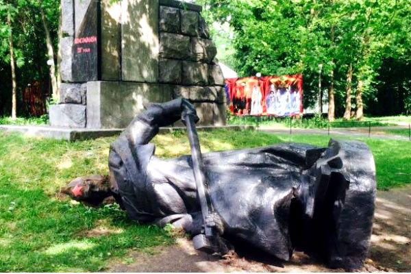 Националисты уничтожили в Киеве памятники коммунистам и комсомольцам