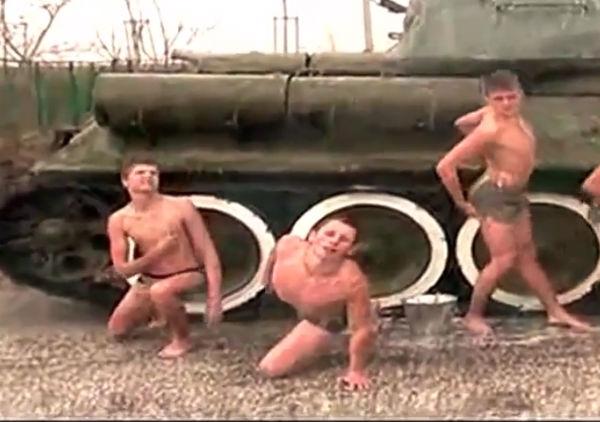 Прокуратура проверит появление видео с курсантами, танцующими тверк на танке