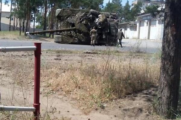 Украинские военнослужащие перевернули в Северодонецке свой танк