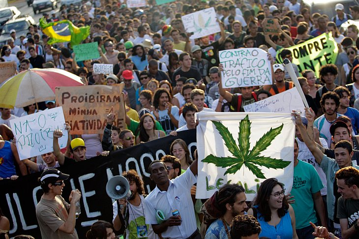 В Аргентине тысячи людей вышли на улицы, требуя легализовать марихуану