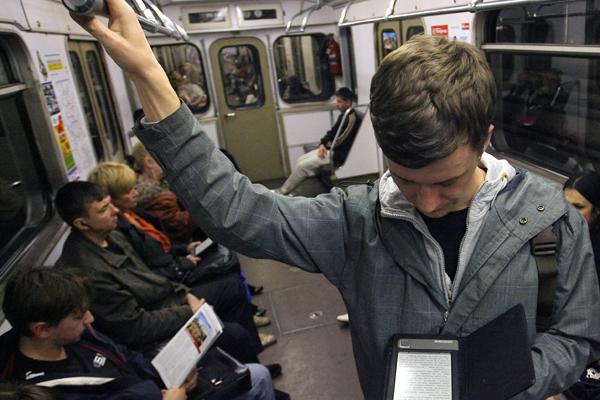 В вагонах московского метро появятся зарядки для мобильных телефонов