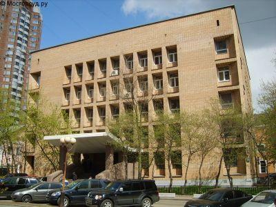На козырек здания Пресненского суда рухнула девушка