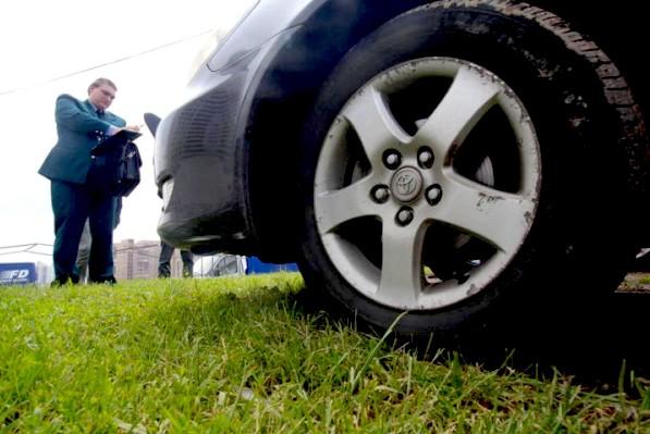 За парковку на газонах автомобилисты заплатят от 5 до 100 тысяч рублей