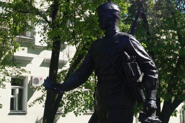 Первый в России памятник военному почтальону открыли в Воронеже