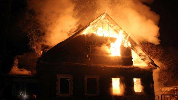 Пятеро взрослых и один ребенок погибли при пожаре в жилом доме в Свердловской области