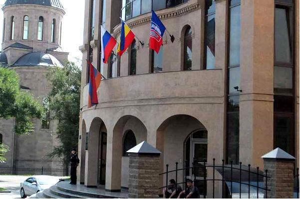 Трое подростков пострадали в ДТП с участием автомобиля генконсула Армении в Ростове