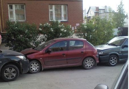 Автоледи умудрилась разбить 6 машин на рязанской парковке
