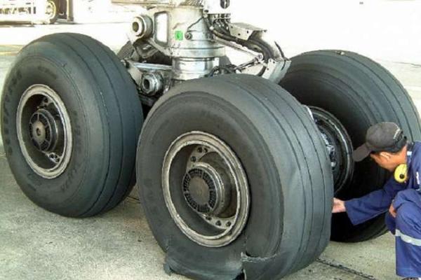 Многострадальный самолет, эвакуирующий украинцев из Непала, пробил колесо