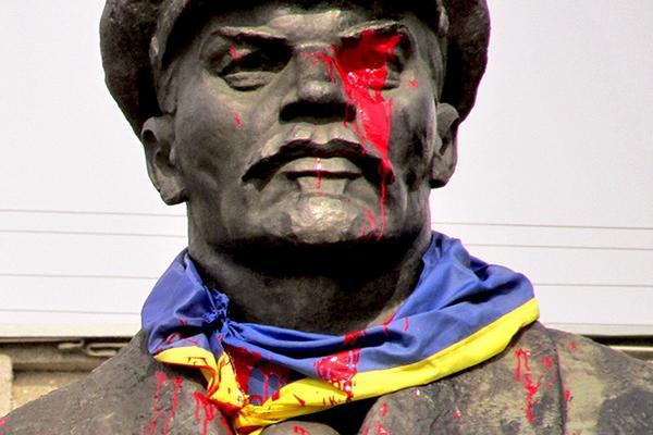 «Правый сектор» устроил издевательство над памятником Ленину и флагом Украины