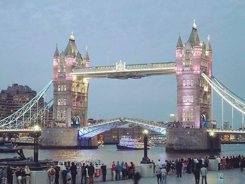 Тауэрский мост окрасили в розовый цвет в честь рождения английской принцессы