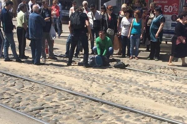 Женщина упала с подножки трамвая и погибла в центре Краснодара