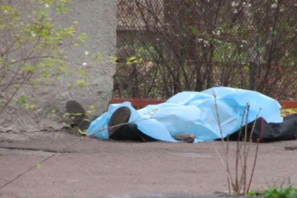 В Москве пенсионера убило креслом, выброшенным из окна