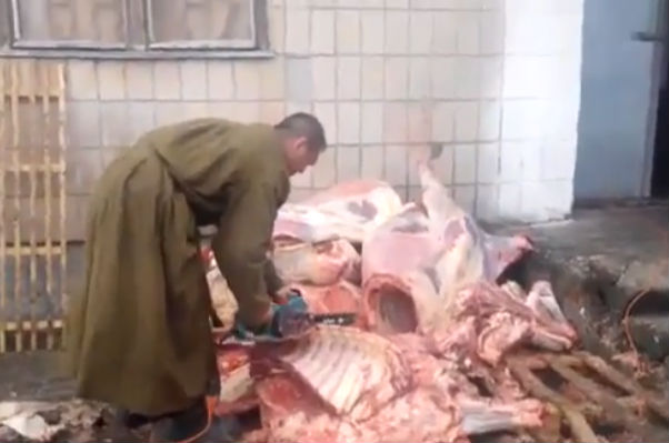 Украинских солдат кормят мясом 1968 года