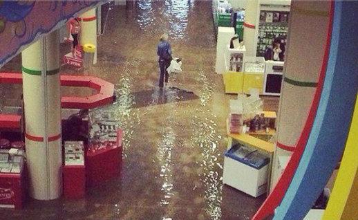 Ливень затопил крупный торговый центр в Челябинске