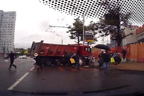 Неуправляемый грузовик налетел на толпу москвичей, переходивших улицу
