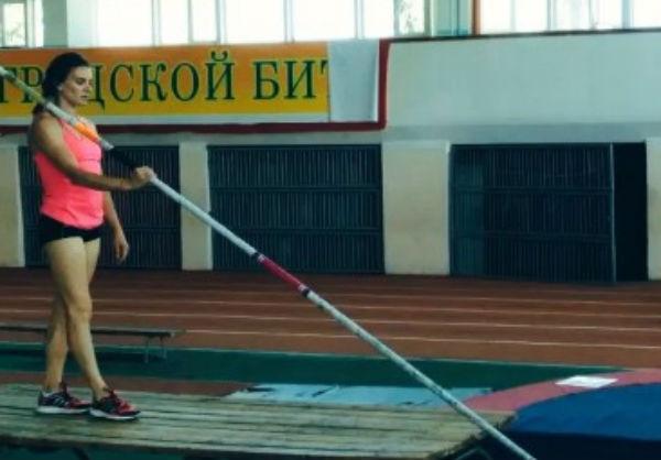 Елена Исинбаева возобновила тренировки с шестом