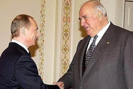 Немецкие СМИ: Путин попросил экс-канцлера Коля заступиться за Москву