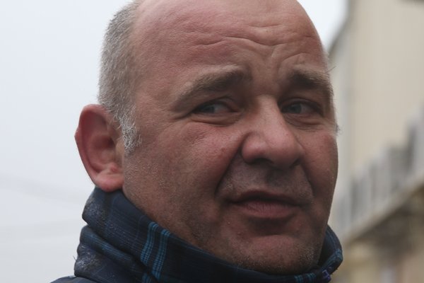 Москвич приковал себя возле мэрии в защиту пикапов