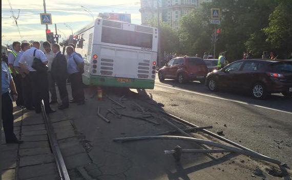 8 человек ранены в ДТП с автобусом и маршруткой в Москве