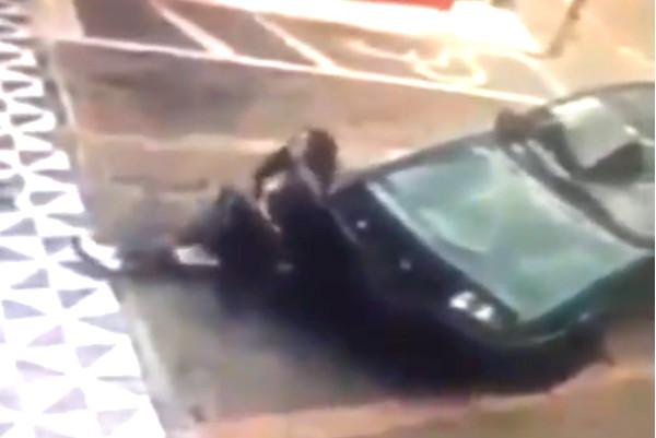Водитель жестоко наказал брюнетку, пытавшуюся сесть на его авто