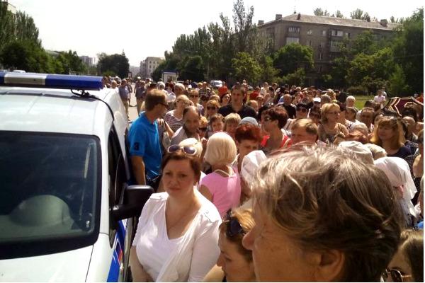 Уставшие от жестоких обстрелов дончане устроили пикет под окнами Захарченко