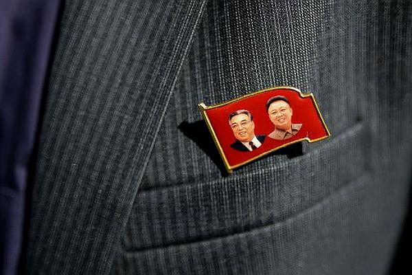 Ким Чен Ын снял с себя значок с изображением деда и отца