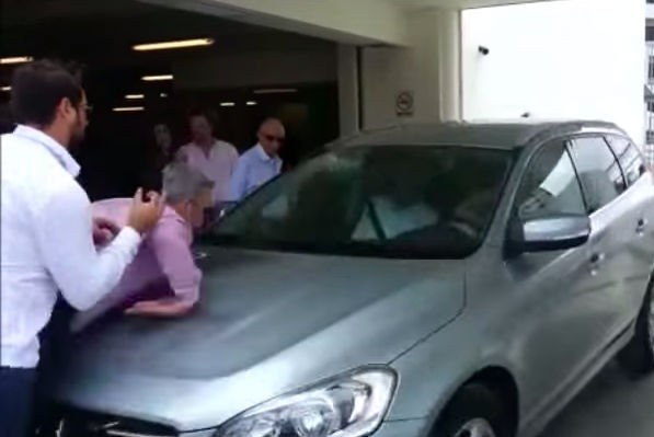 Во время презентации автомобиля машина сбила двоих человек