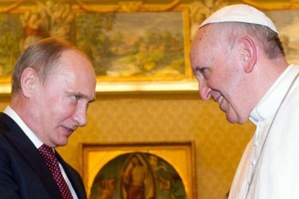 Папа Римский подарил Владимиру Путину медаль с ангелом-миротворцем