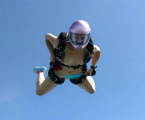 Фото голых девушек прыгающих с парашюта #9