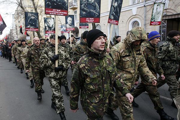 Бойцы радикального «Правого сектора» вышли на марш против Порошенко во Львове
