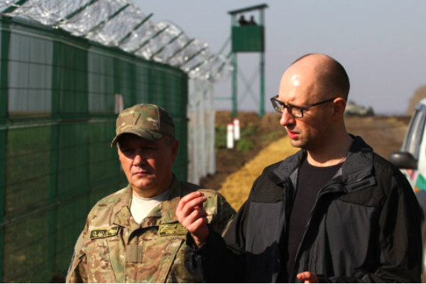 Яценюка обвинили в госизмене за провал стены на границе с Россией