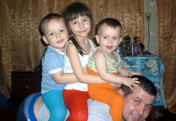Полицейский взял себе детей, родители которых погибли в аварии