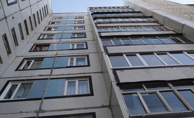 Московскую школьницу выбросили из окна на глазах у пьяной матери