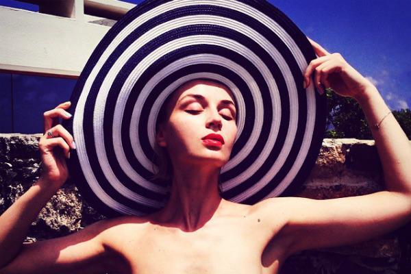 Полина Гагарина стоически выносит фотографические опыты мужа на Крите